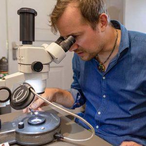 Umfangreich ausgestattetes Edelsteinlabor zur zuverlässigen Analyse von Edel- und Farbsteinen